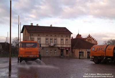 Polewaczka Liaz 110 i zamiatarka Volvo na rynku w Niepołomicach