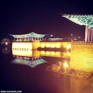 Vista nocturna del estanque Anapji de Gyeongju en Corea