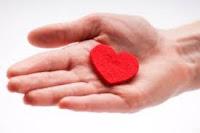 Elinde Kırmızı Kalp Tutan Kişi