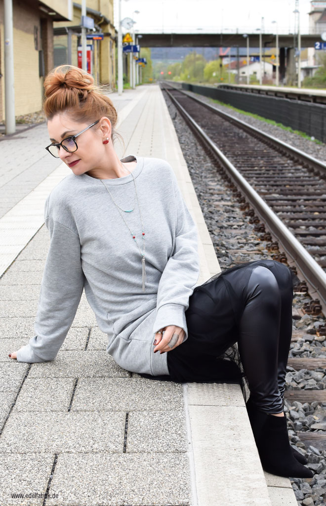 Oversized Sweatshirt in Grau mit Lederleggings, Tüllrock, Kombination
