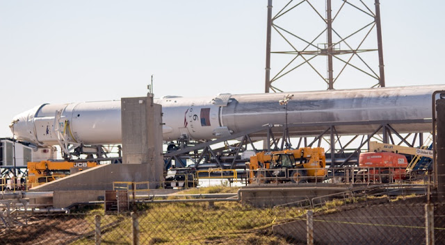 Космический ракетный комплекс 40 SpaceX Falcon 9 и Dragon собираются для запуска