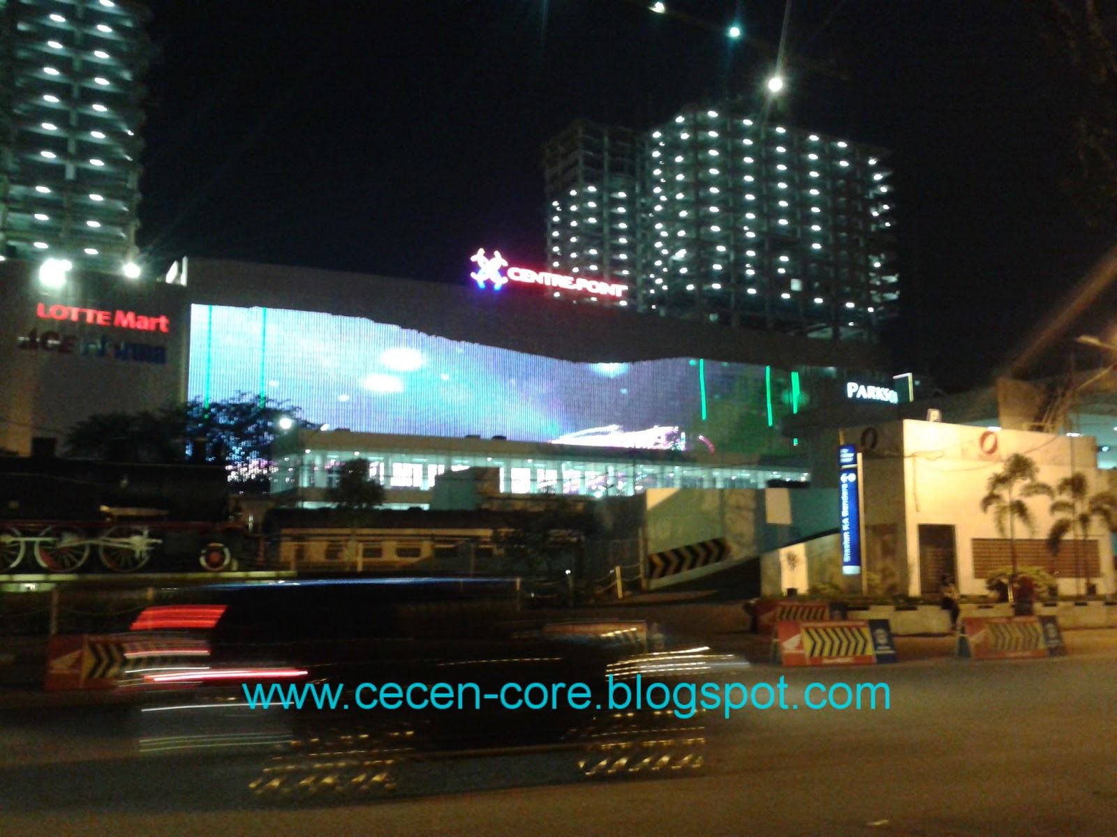 Layar LED raksasa di Medan Centre Point (MCP)