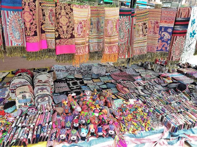 souvenirs love market sapa vietnam