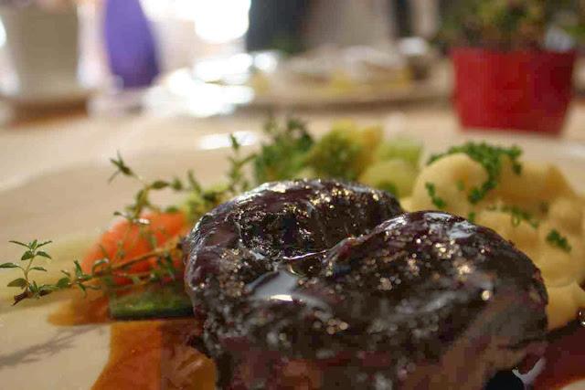 Kalbsbackerl mit Pastinakenpürree und glaciertem Gemüse © Copyright Monika Fuchs, TravelWorldOnline