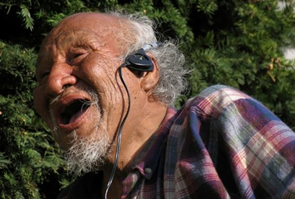 escuchar música estimula a los adultos mayores