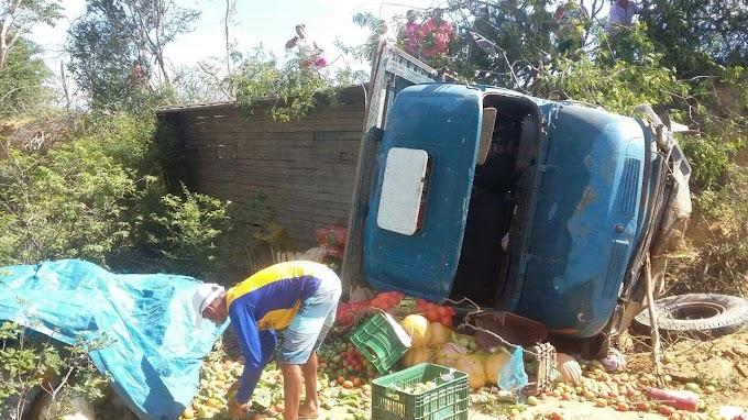 Quixabeira: Caminhão tomba e várias pessoas que estavam na carroceria são arremessadas