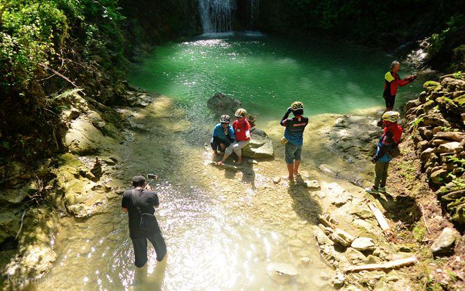 Teman rombongan sedang asyik berfoto di air terjun Kedung Pengilon