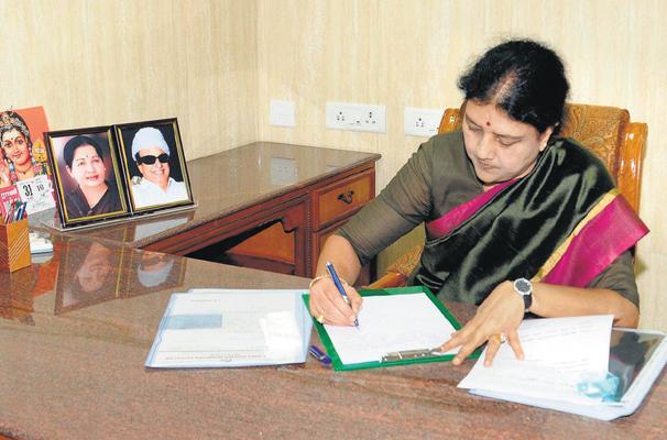 இளைஞர்கள் ஜல்லிக்கட்டு போராட்டத்தை கைவிட வேண்டும்: சசிகலா