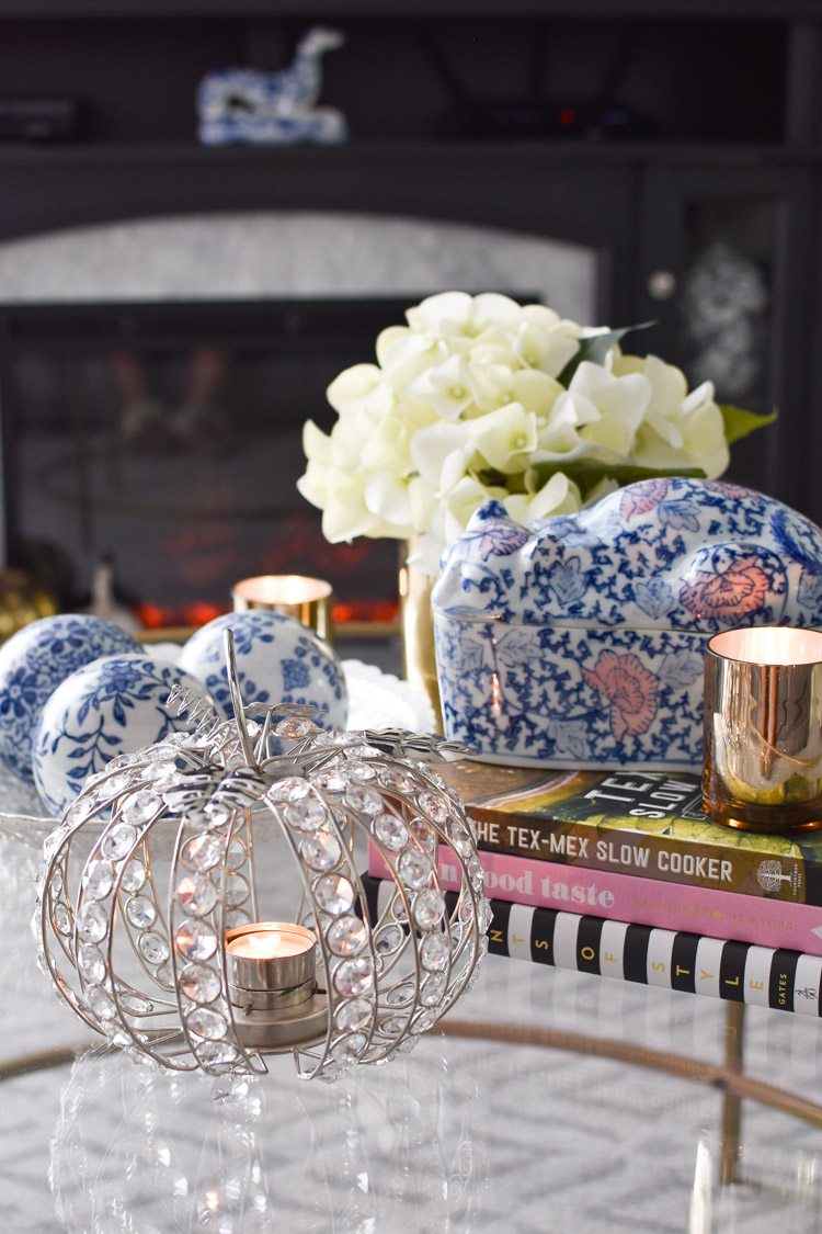 Chinoiserie fall decor ideas for coffee table styling with blue and white. | #falldecor #coffeetable #livingroomdecor #monicawantsit