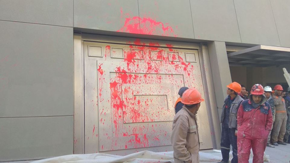 Manifestantes universitarios lanzaron pintura en su paso por el nuevo Palacio de Gobierno / RADIO LIDER FM