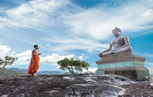 Bái Phật cầu tiền, liệu Đức Phật có mang tiền đến cho bạn?