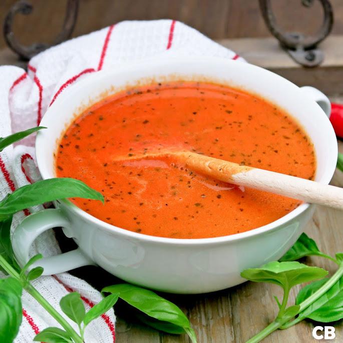 Mediterrane soep van versgeroosterde tomaten en puntpaprika