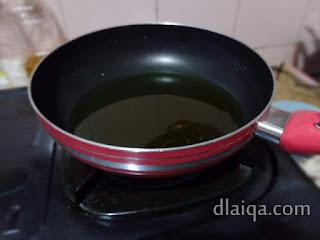 panaskan minyak untuk menggoreng