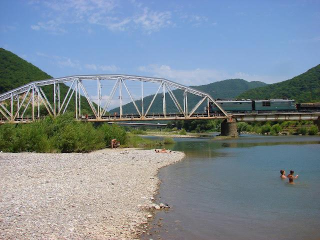 Посёлок Аше: река и горы в районе кемпинга