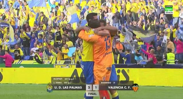 Abrazo con Javi Varas al final del partido