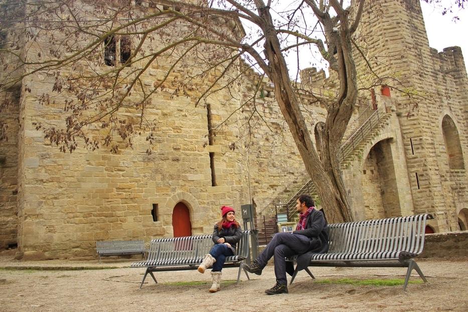Casal conversando dentro do Cité de Carcassonne.