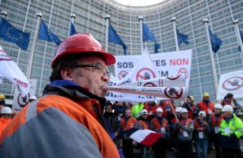 Công nhân ngành thép biểu tình phản đối thép siêu rẻ thấp của Trung Quốc Nhan_cong_Phan_doi_thep_gia_re_Trung_Quoc