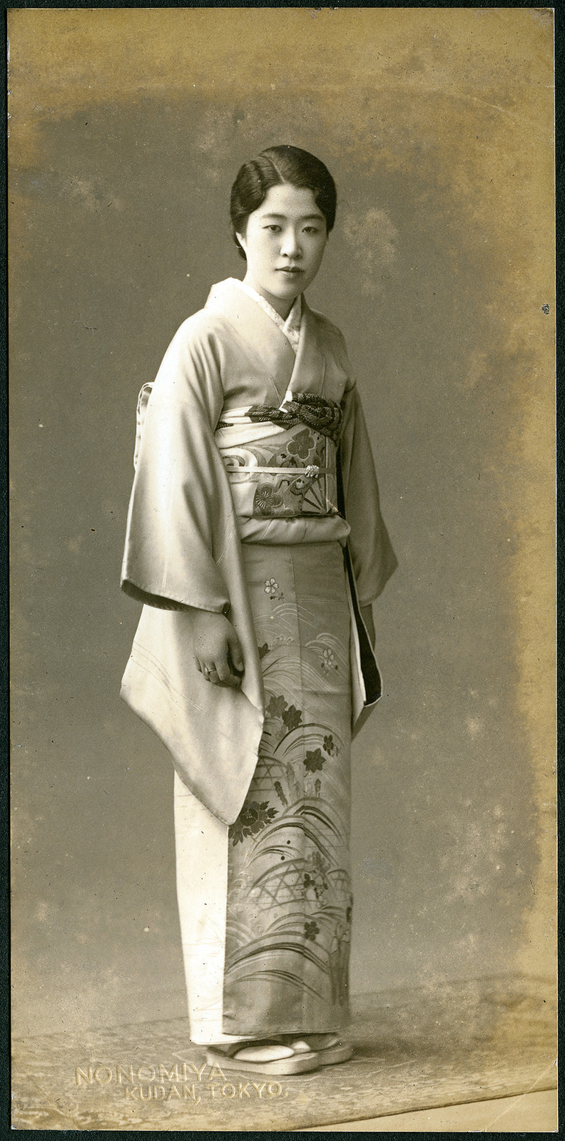 32 vintage portraits of beautiful japanese women dressing in