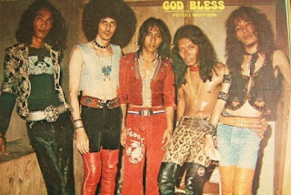 """Biogarafi Perjalanan God Bless Berdirinya God Bless berawal kembalinya Iyek kembali ke Tanah Air setelah beberapa tahun tinggal di  Belanda, ia pun berangan-angan membentuk band sendiri yang lebih serius. Bersama Ludwig Le Mans,  gitaris Clover Leaf, band Iyek ketika masih di Belanda, Iyek lalu mengajak Fuad Hassan (dram), Donny  Fattah (bass) dan Jockie Surjoprajogo (kibor) untuk membentuk band. Tahun 1972, formasi pertama ini  melakukan konser perdananya di TIM (Taman Ismail Marzuki)lalu mengikuti pentas musik """"Summer '28″,  semacam pentas 'Woodstock' ala Indonesia di Ragunan, Jakarta, yang diikuti berbagai grup band dari  Indonesia, Malaysia dan Filipina. Dengan posisi keyboard yang sudah digantikan oleh Deddy Dores ,Jockie  Surjoprajogo sendiri sibuk dengan program musik lain lainnya seperti LCCR Prambors dan sebagainya. Kini God bless menyisakan 3 personil.   God Bless adalah grup musik rock yang telah menjadi legenda di Indonesia. Dasawarsa 1970-an bisa dianggap sebagai tahun-tahun kejayaan mereka. Salah satu bukti nama besar mereka adalah sewaktu God  Bless dipilih sebagai pembuka konser grup musik rock legendaris dunia, Deep Purple di Jakarta (1975). Vokalis sekaligus pentolannya. Iyek, begitu ia sering disapa, setelah melanglang buana di Belanda dan kembali ke Indonesia, ia pun berangan-angan membentuk sebuah band."""