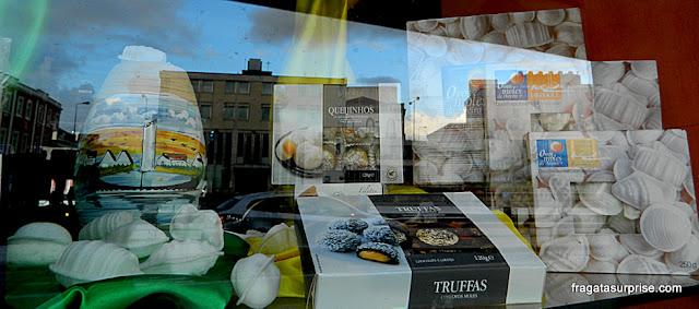 Ovos moles de Aveiro na vitrine de uma confeitaria da cidade