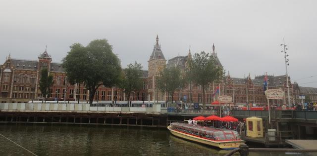Amsterdam - Hafen für Ausflugsboote vor dem Bahnhof