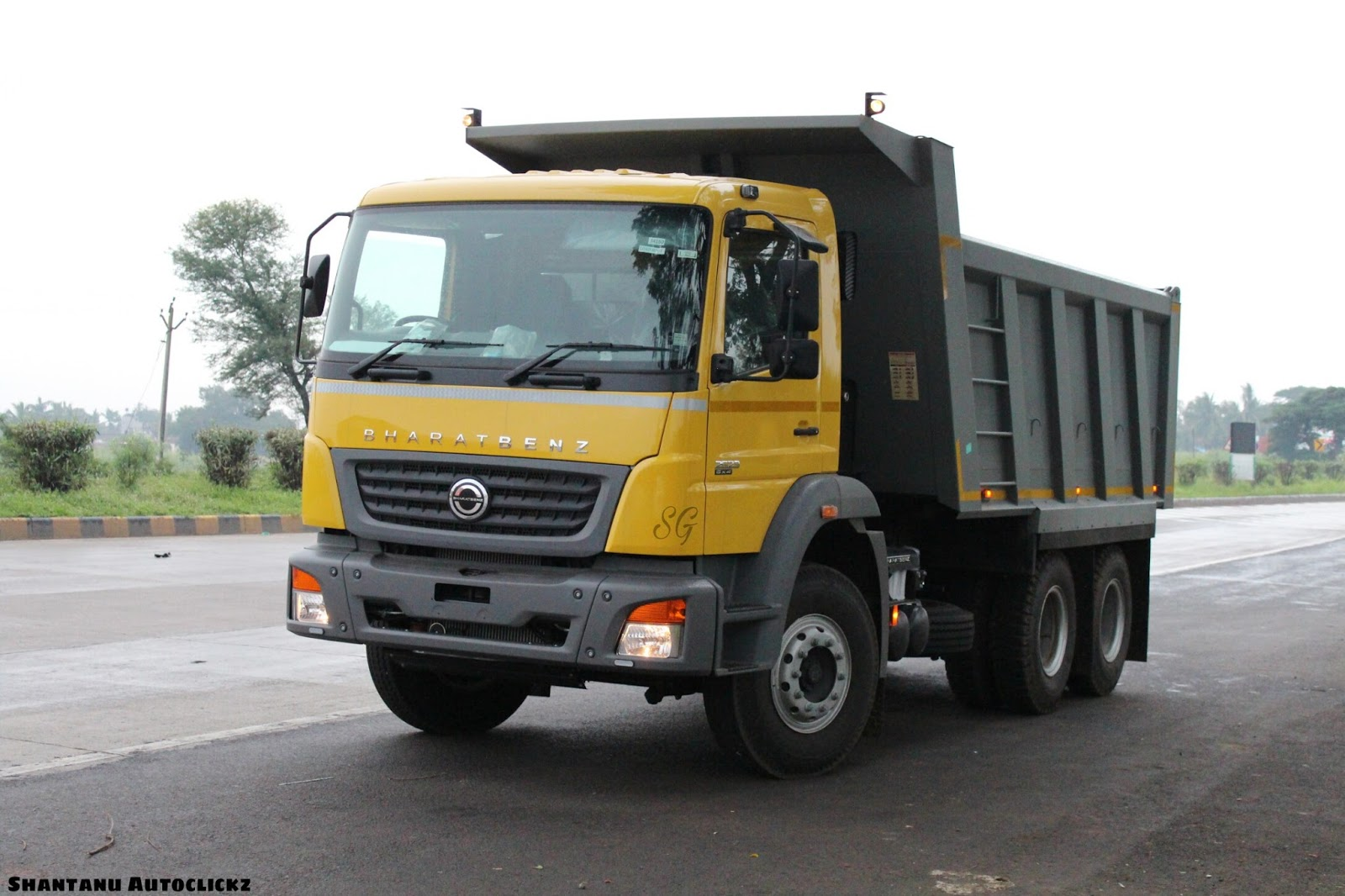 A freshly delivered Bharat-Benz 2523 (6x4) Heavy duty Tipper posing on NH-4  near Kini Toll Plaza, Kolhapur, Maharashtra.