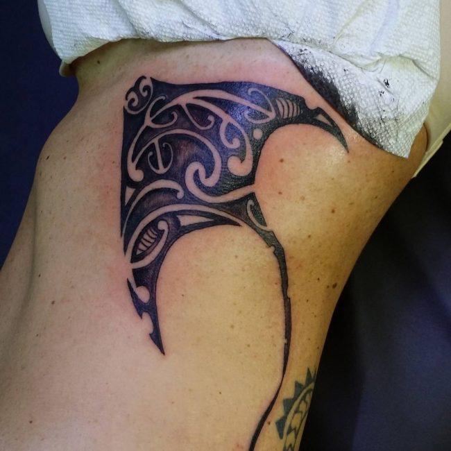 tatuaje de mantarraya en las costillas de una mujer