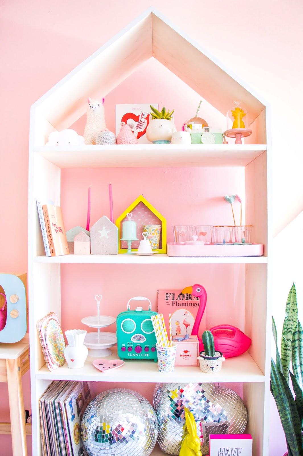 apartamento pequeno parede rosa estante fofa casinha discoball