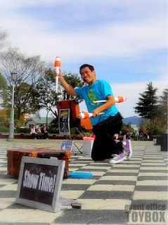 大道芸中に技を決めてスマイル!