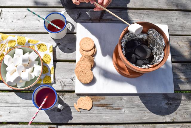 Marshmallows roosteren in een bloempot wimke - Bedek een goedkoop terras ...