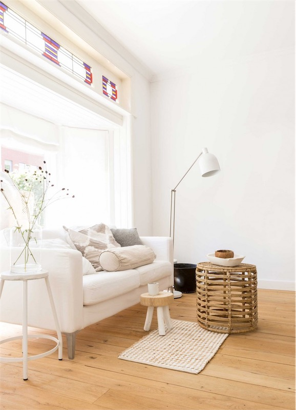 sofa blanco con mesa taburete de mimbre chic and deco