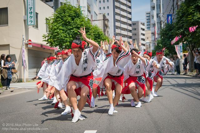 マロニエ祭りで浅草雷連の男踊りの踊り手達を撮影した写真