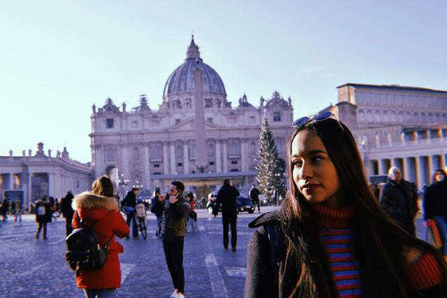 melissa mirando hacia el horizonte a las afueras de la basilica de san pedro en el vaticano