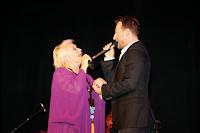 Η Μαρινέλλα και Κώστας Καραφώτης τραγουδούν στο «Danforth Music Hall», στις 13 Ιουνίου 2015.