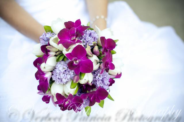 Menyasszonyi csokor lila orchideából, lila jácintból és fehér tulipánból