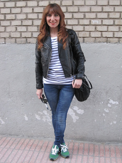 Cazadora de cuero y camiseta de rayas / Leather jacket and striped shirt