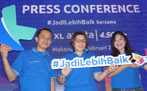 General Manager (GM) Finance & Management Services North Region XL Axiata, Mozes Haryanto Baottong, Vice President (VP) North Region XL Axiata, Desy Sari Dewi dan Regional Marketing Manager (RMM) North Region XL Axiata, Luce Lolo berfoto bersama pada Press Conference Network Brand Launch XL Axiata di Makassar (13/2).
