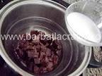 Prajitura cu cocos preparare reteta glazura - topim ciocolata la bain-marie si o amestecam cu laptele