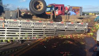 Caminhão carregado de melancias capota entre Acari e Cruzeta