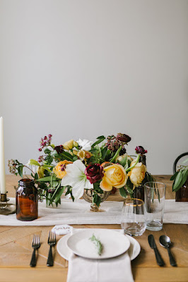 les fleurs : emily tebbetts photography : yellow, white, green, black & burgundy : gold compote : brown, amber glass : farm table : styled shoot : kelly golia evets