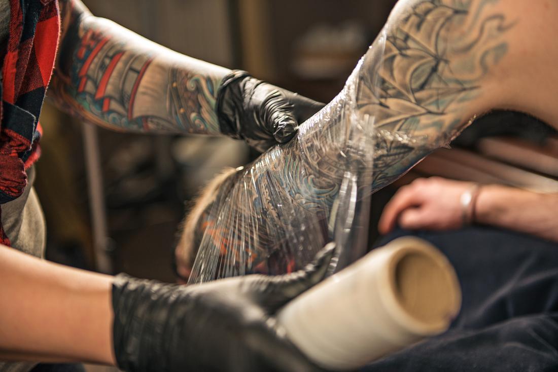 Cubriendo un tatuaje recien terminado