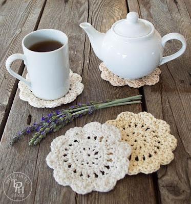 http://www.thepaintedhinge.com/2016/02/26/farmhouse-style-coasters-free-crochet-pattern/