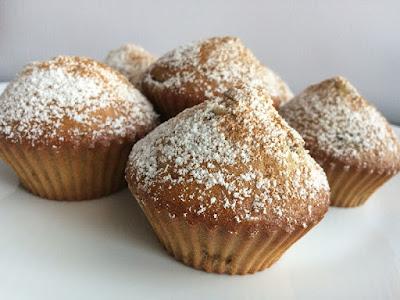 Muffiny ze śliwkami oprószone pudrem