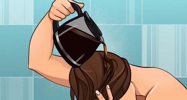 Πήρε μια κούπα καφέ και την έχυσε στα μαλλιά της