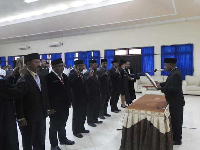 Mathius Awoitauw Lantik 6 Pejabat Eselon II di Kabupaten Jayapura