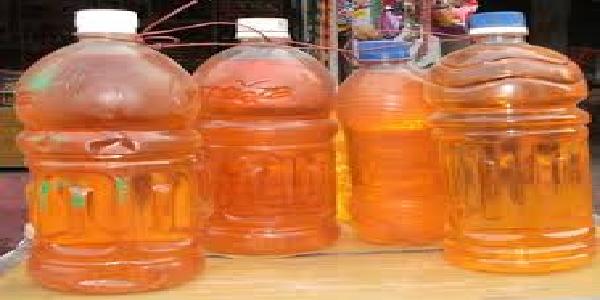 plastic-ki-bottalo-me-dhadlle-se-bik-raha-petrol-diesel