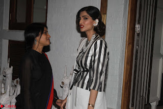 Sonam Kapoor Soha Ali Khan Konkona Sharma at Raw Mango store launch March 2017 015.JPG