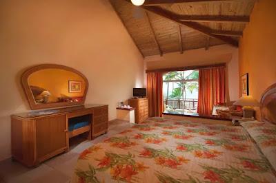 Chambre avec lit king size et balcon faisant face à la mer