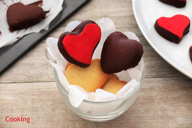 Bolachas de São Valentim, cobertas com pasta de açúcar e chocolate, para celebrar o São Valentim.
