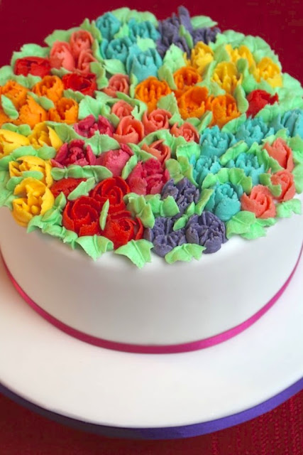 Muttertagstorte mit Blüten aus Buttercreme - gespritzt mit den Russian Piping Tips